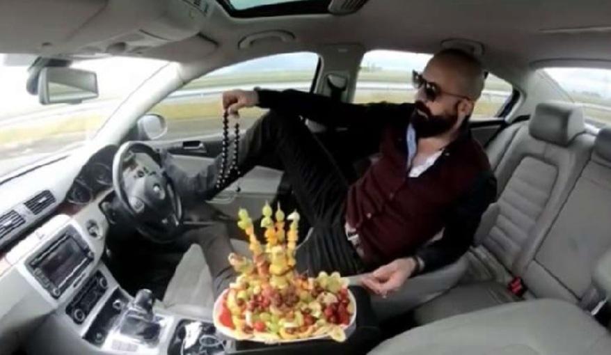 Otomobil kullanırken lütfen yemek yemeyin!
